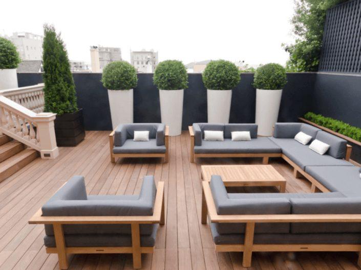 deck em madeira com sala de estar