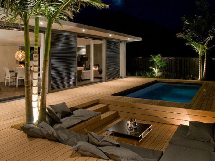 deck em madeira com piscina